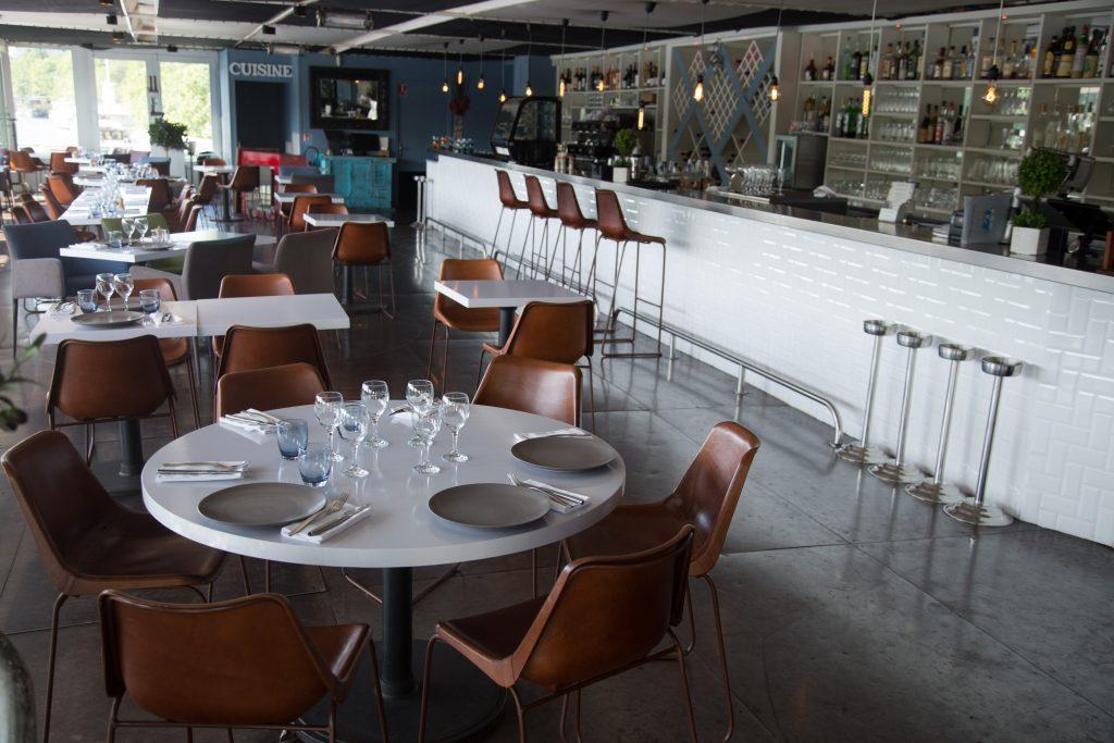 Salle intérieure de l'Aqua Restaurant