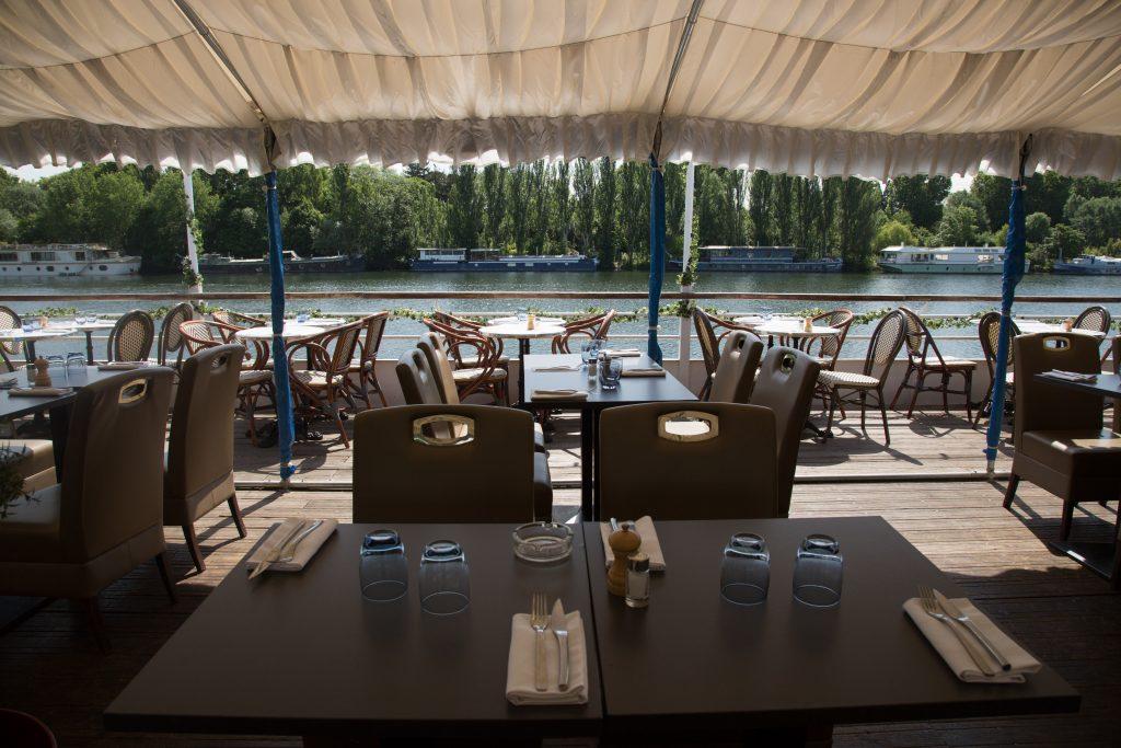 Tables et couverts à l'Aqua Restaurant