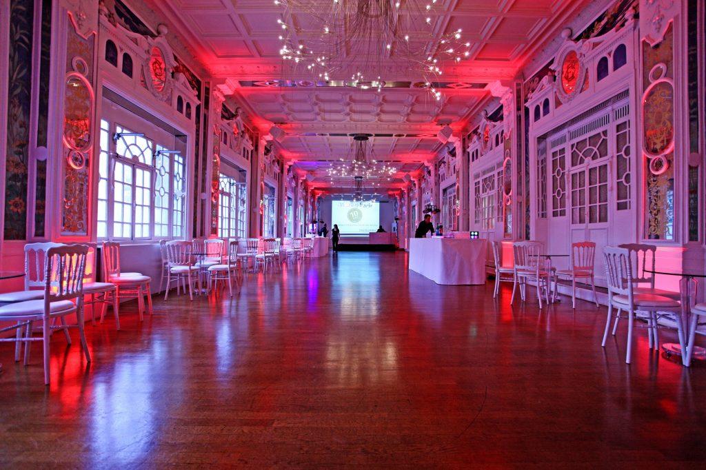 Salle du Salon des Miroirs avec éclairage rouge